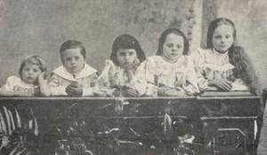 Rodzenstwo Szumskich. Od lewej: Stanislaw, Bogumil, Jadwiga, Helena, Maria (pozniej Dabrowska)