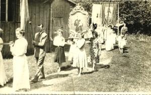 Procesja przy kaplicy parafialnej. Prawdopodobnie rok 1958 (wg informacji p. Janiny Miączyńskiej)